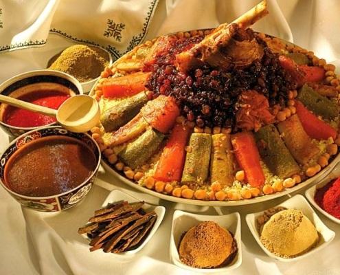 Couscous royal marocain avec des sauces et des épices dans un Riad à Marrakech