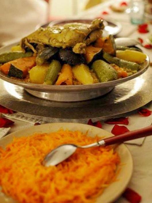 Photo d'un couscous royal marocain avec des carottes rapées dans un riad à Marrakech