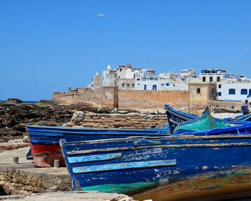 barque d'un bâteau bleu au port d'Essaouira au Maroc