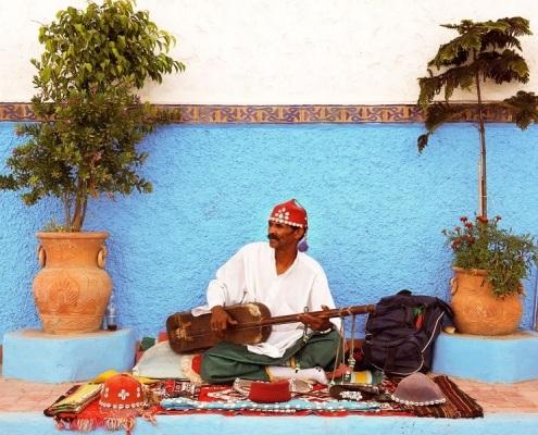 Musicien gnawa à Marrakech qui joue de l'instrument