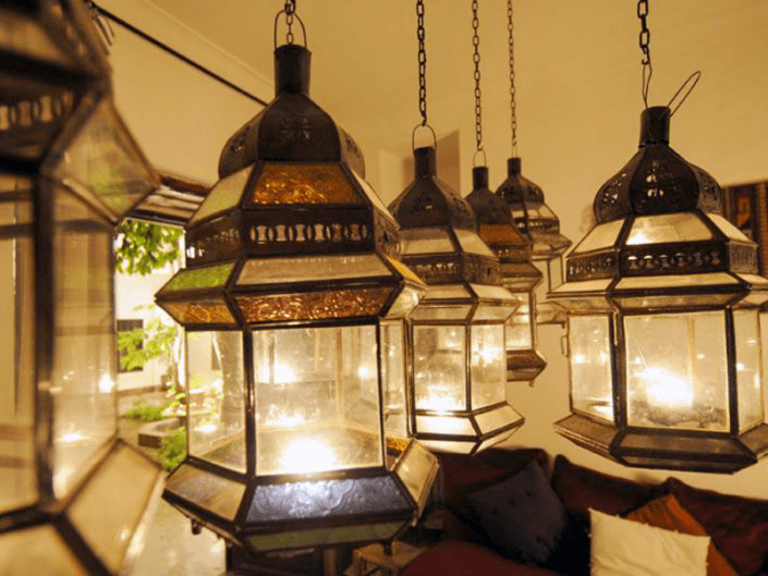 Photo de lanternes marocaines dans un riad à Marrakech