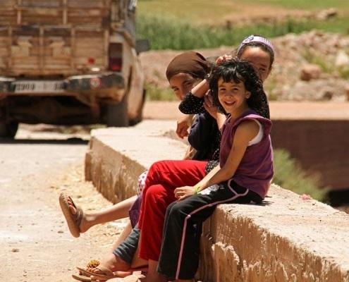 Enfants marocains qui sourient près de Marrakech Maroc
