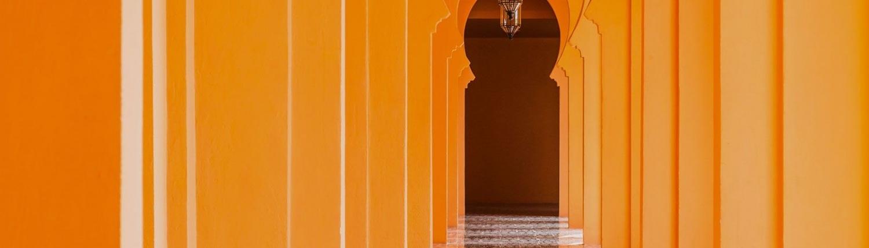 Le couloir avec les arcs marocains orange à Marrakech