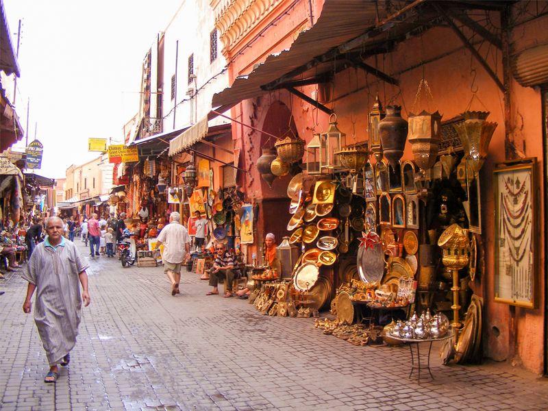 souk de Marrakech avec de l'artisanat marocain