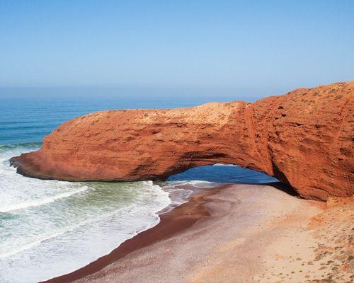 Arc d'un rocher sur la plage de Mirleft au Maroc