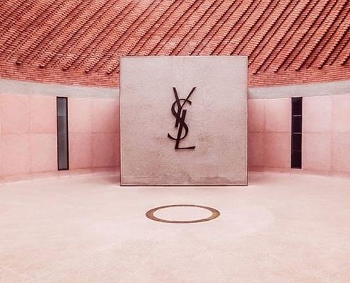 Le Musée Yves Saint Laurent à Marrakech au Maroc rose et beige