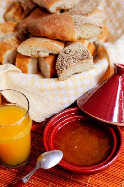 Pain marocain avec du jus d'orange et de la confiture