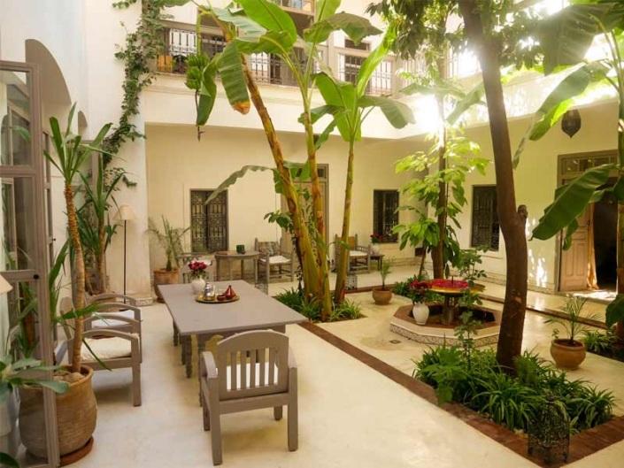 Photo d'un patio blanc et taupe dans un riad à Marrakech au Maroc