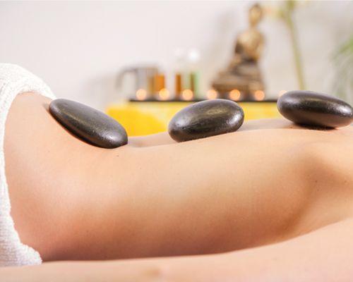 Massage aux pierres noires chaudes dans un institut