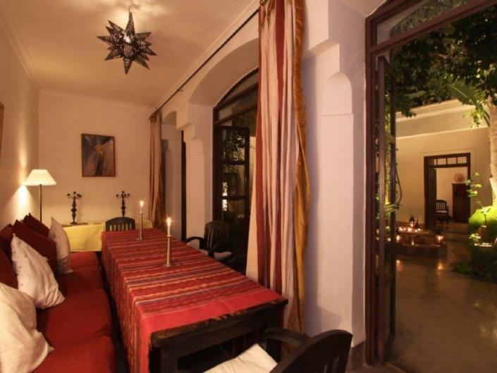 Photo d'une salle à manger rouge dans un riad à Marrakech au Maroc