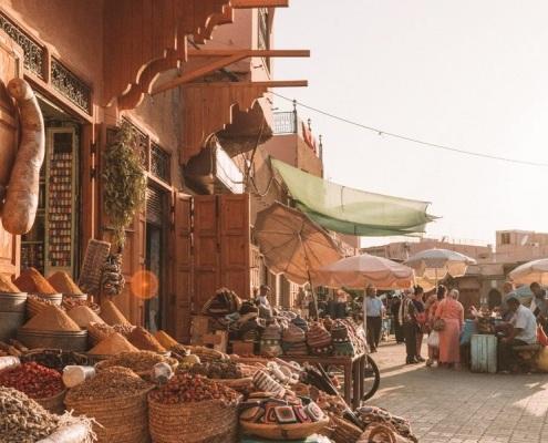Souks de Marrakech avec des épices marocaines