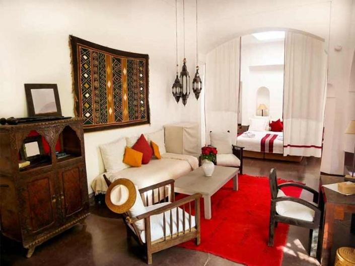 Photo d'une suite rouge et marron dans un riad à Marrakech au Maroc