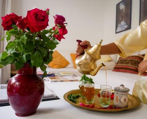 Marocain qui sert le thé dans un riad à Marrakech